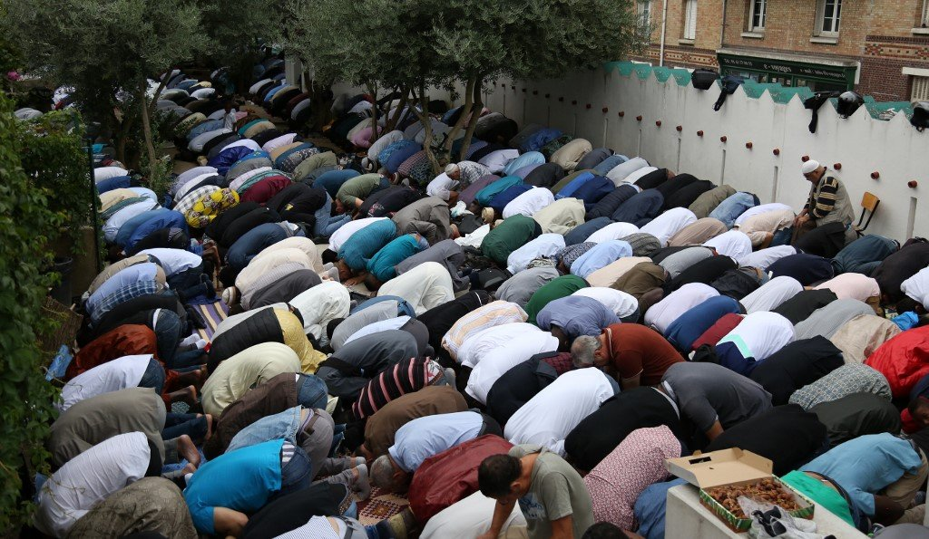 Muslims pray at the Grande Mosque in Paris on 21 August 2018 (AFP)