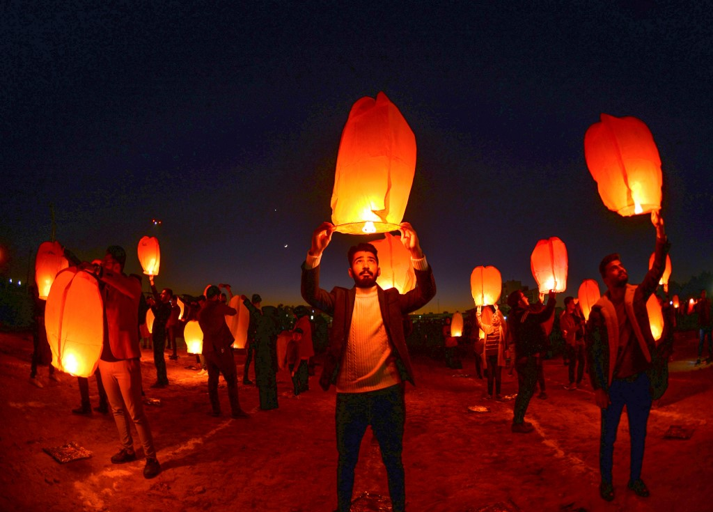 Iraqis in Najaf launch rice paper balloons on 28 December in solidarity with ongoing anti-government protests (AFP)