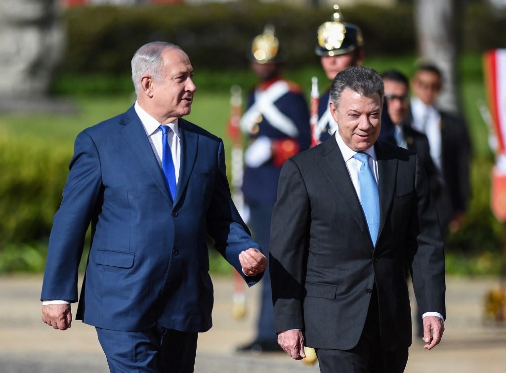 Netanyahu walks with Colombia's then-president, Juan Manuel Santos, in Bogota in 2017 (AFP)