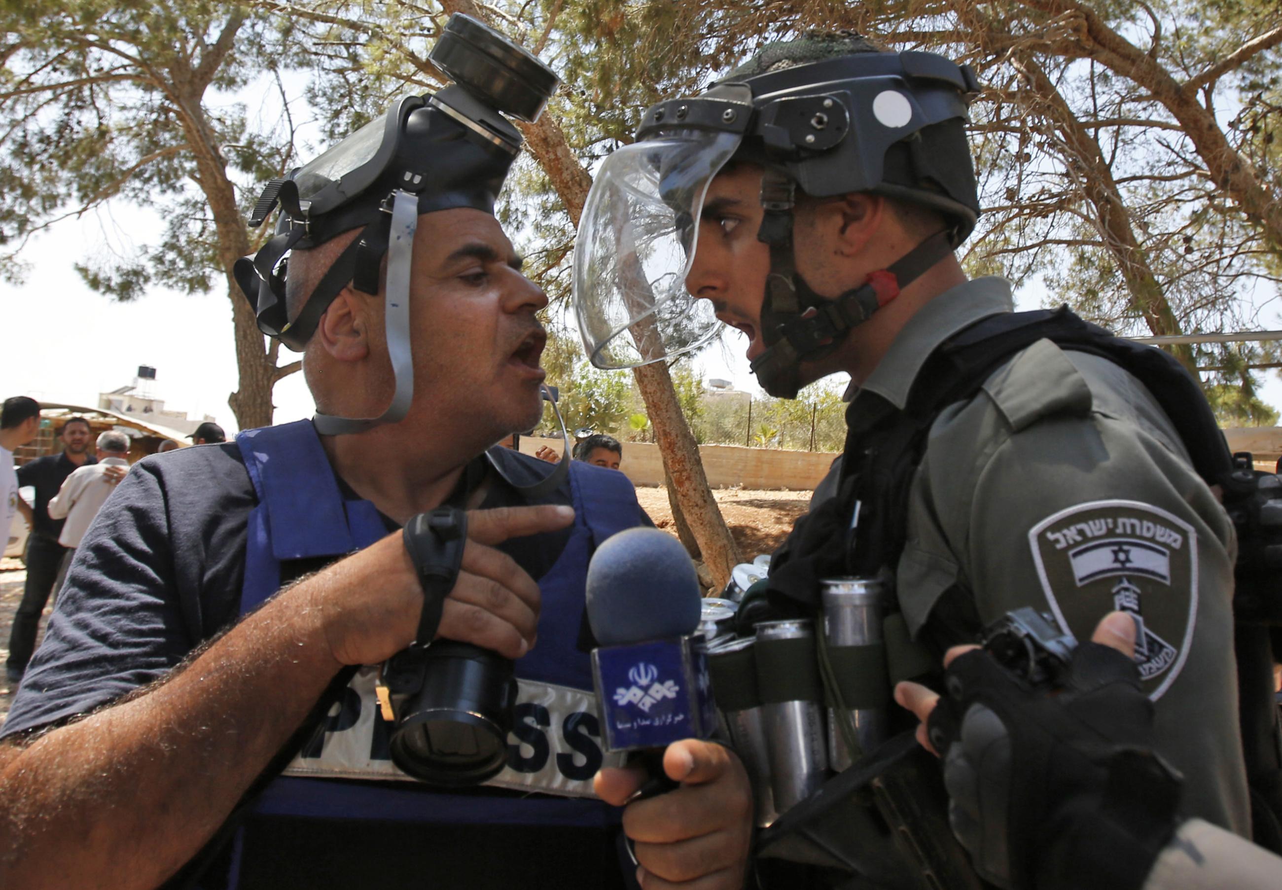 Israeli soldier confront Palestinian journalist