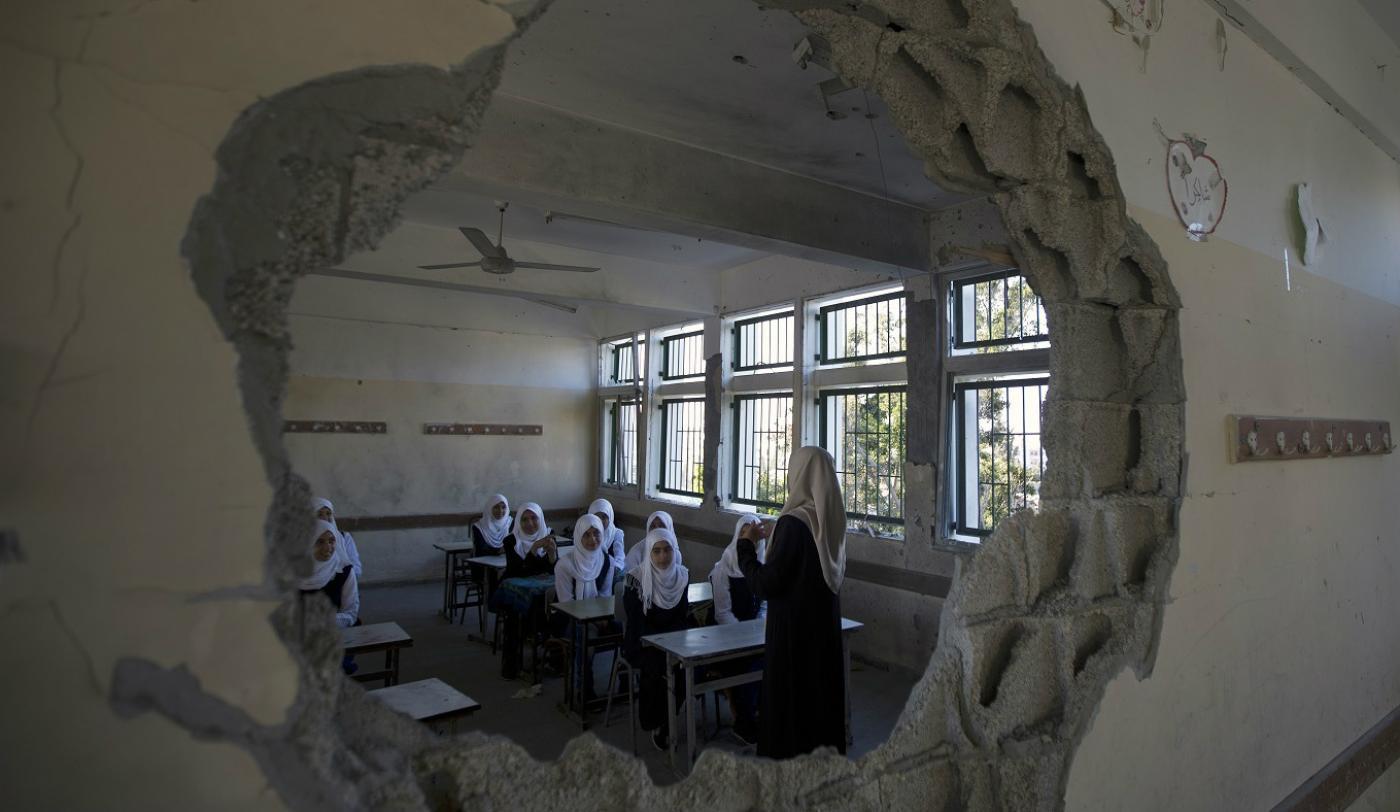 Élèves palestiniennes dans une salle de classe endommagée, à Gaza, en septembre 2014 (AFP)