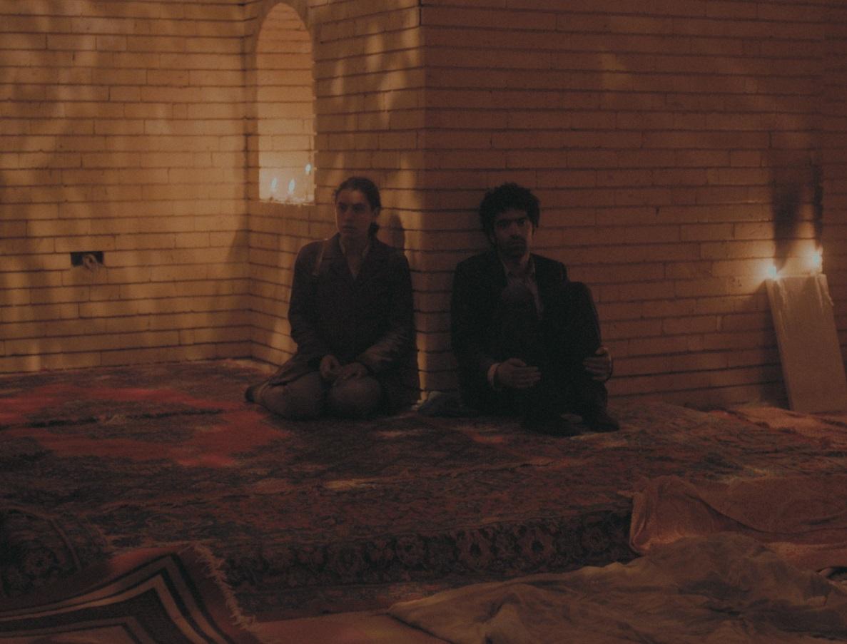 Sara (la jeune aspirante kamikaze), interprétée par Zahraa Ghandour, et Salam (le vendeur de prothèses), interprété par Ameer Jabarah, dans une mosquée (Contre-Courants)