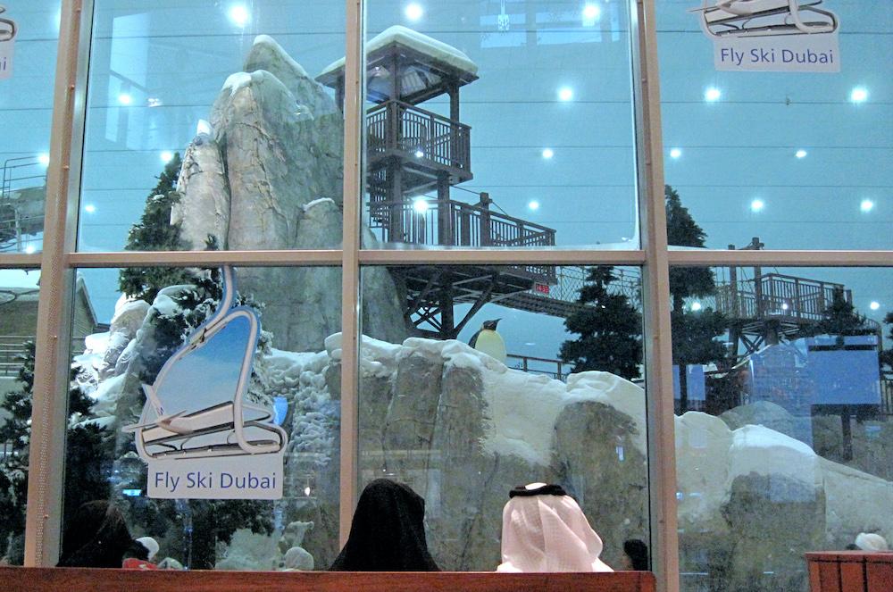 Un couple est assis à l'extérieur de Ski Dubai dans le Mall of the Emirates en 2009 (AFP)
