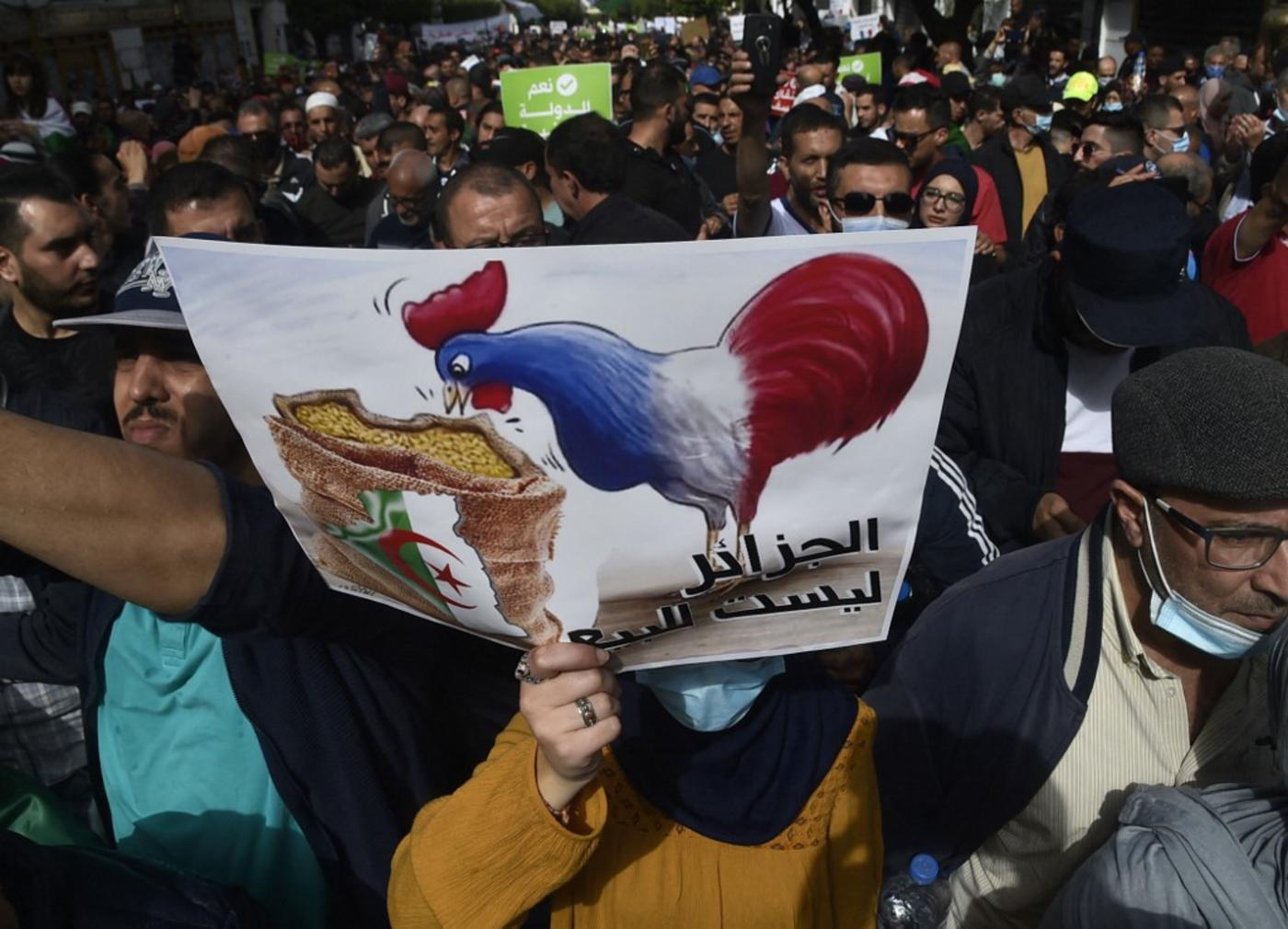«L'Algérie n'est pas à vendre» : slogan et pancarte antifrançais lors de la manifestation du vendredi 10 avril à Alger (AFP)