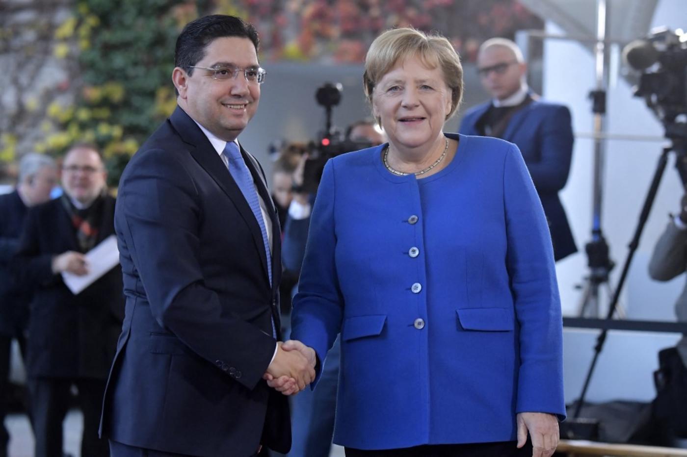 La chancelière allemande Angela Merkel accueille le chef de la diplomatie marocaine Nasser Bourita à Berlin en novembre 2019 (AFP)