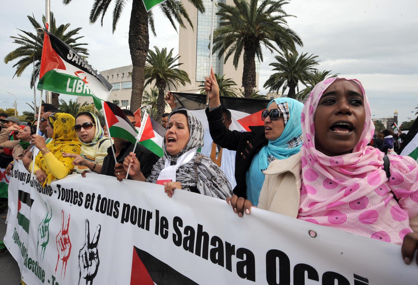 Des partisans duFront Polisario tiennent une banderole indiquant «Toutes et tous pour la Palestine– Toutes et tous pour le Sahara occidental» lors d'une manifestation en marge de la clôture du Forum social mondial, le 30mars2013 à Tunis (AFP)