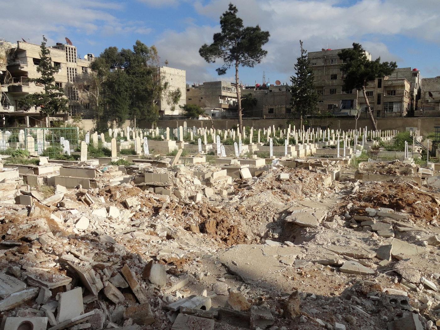 A picture taken on 11 April 2015, shows the damage inflicted upon a cemetery, following a reported barrel bomb attack by Syrian government forces, in the Yarmuk Palestinian refugee camp in the Syrian capital Damascus (RAMI AL-SAYED / AFP)