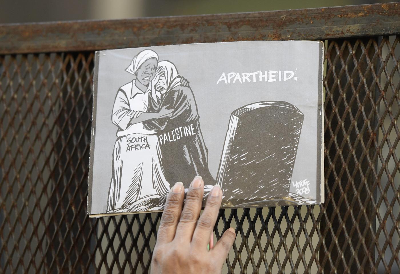 Une caricature contre l'apartheid et le racisme placée sur une barrière de sécurité, lors d'une manifestation devant l'ambassade israélienne, à Buenos Aires (Argentine), le 12 septembre 2017 (AFP)