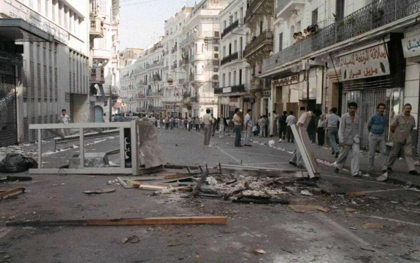 Après cinq jours d'émeutes, les débris jonchent la rue Didouche Mourad dans le centre-ville d'Alger, le 10 octobre 1988 (AFP)