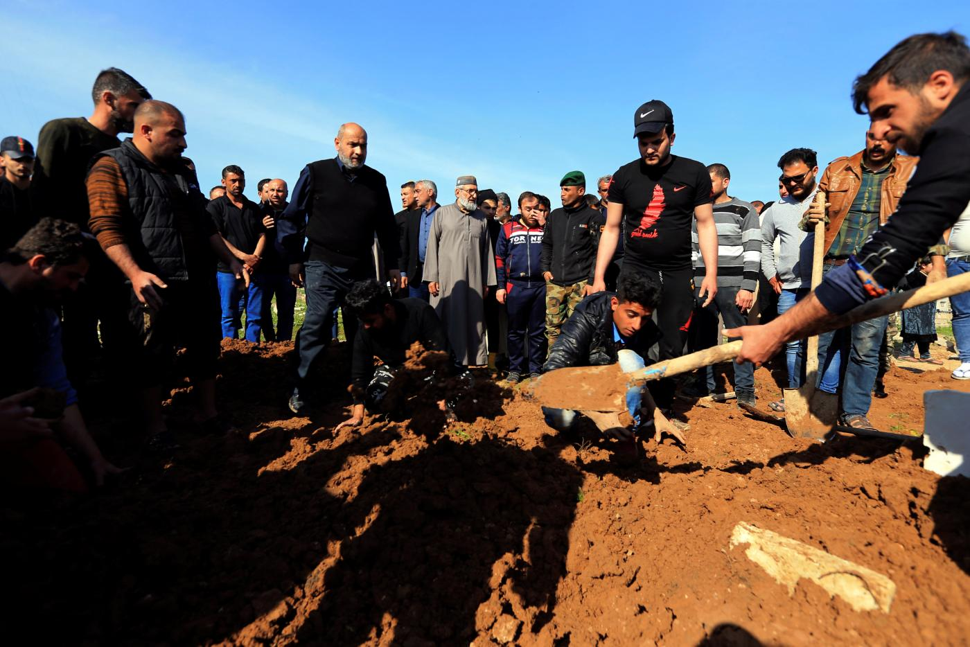 Family members of Mosul boat accident bury the dead (Reuters)