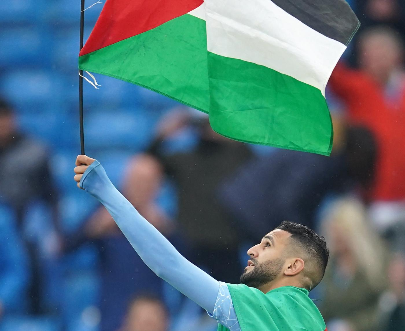 Fine della finale di Premier League tra Manchester ed Everton: Riyad Mahrez sventola bandiera palestinese, 23 maggio 2021 (AFP / Dave Thompson)