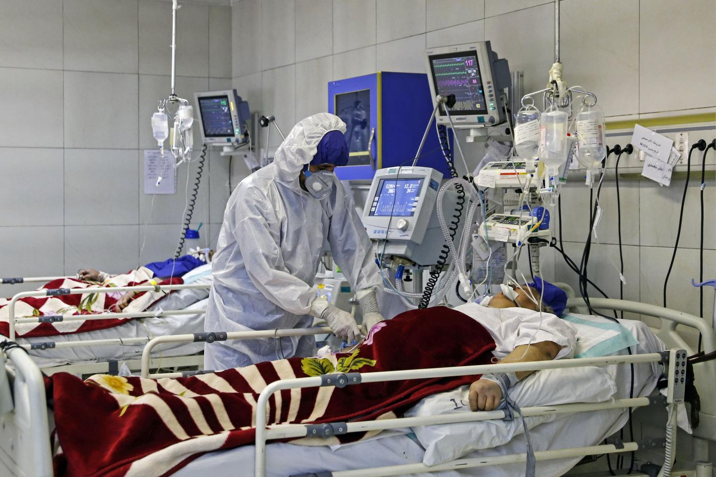 nurse treats patient in hospital Iran Mizan news agency/AFP)