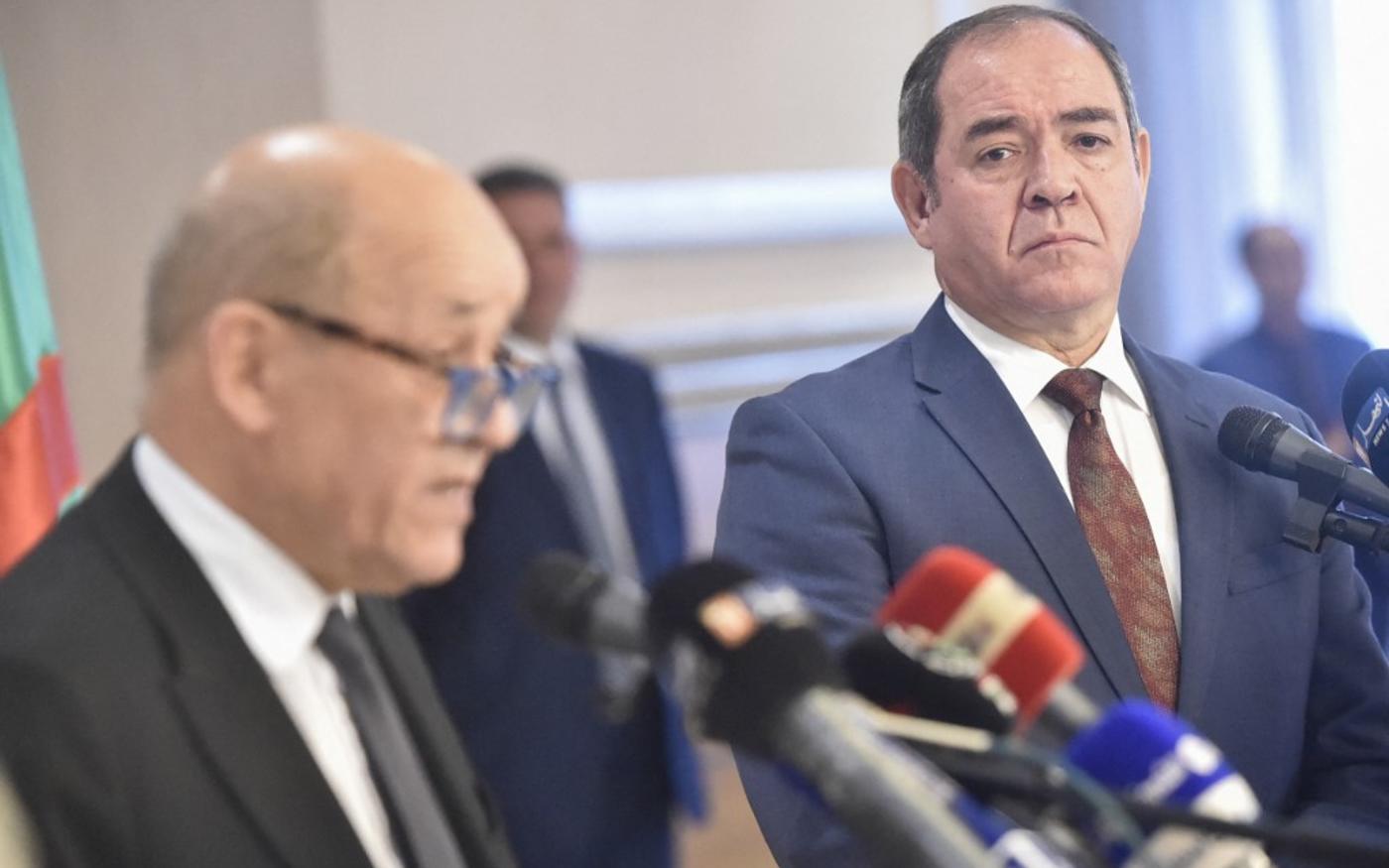 Le ministre algérien des Affaires étrangères Sabri Boukadoum écoute son homologue français, Jean-Yves Le Drian, lors d'une conférence de presse le 21 janvier 2020 (AFP)