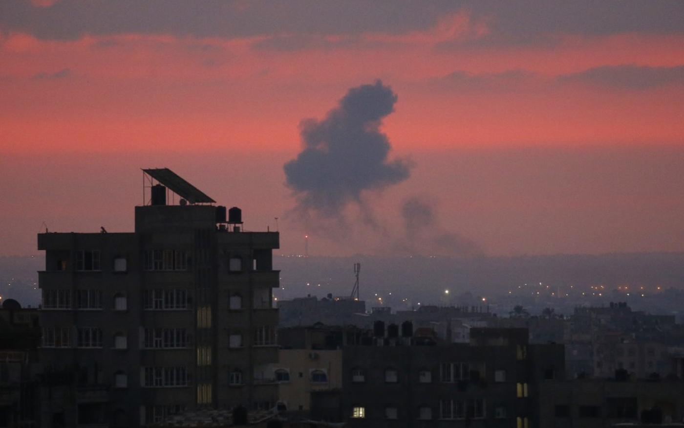 De la fumée s'élève dans le ciel après une frappe israélienne sur Khan Younès, le 21 août 2020 (AFP)