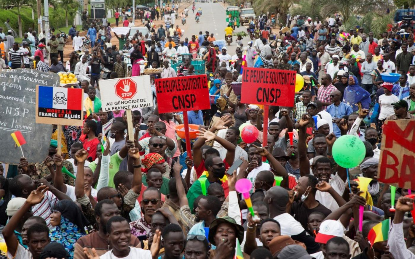 Manifestation de soutien à l'armée malienne après le coup d'État dans laquelle apparaissent des pancartes antifrançaises, à Bamako, le 21 août 2020 (AFP/Annie Risemberg)