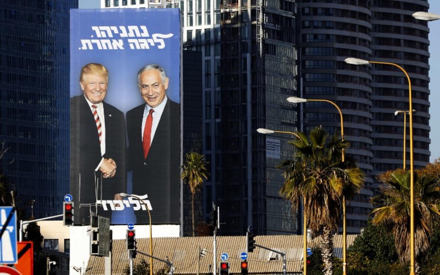 Un panneau électoral montre le Premier ministre israélien Benyamin Netanyahou serrant la main du président américain Donald Trump, à Tel Aviv, le 3février (AFP)