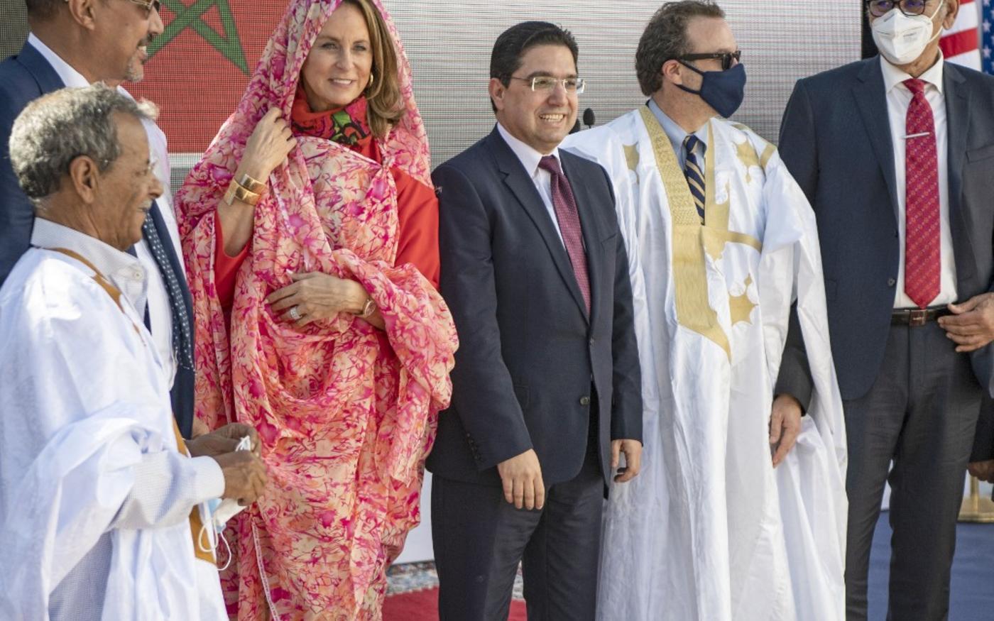 Le chef de la diplomatie marocaine Nasser Bourita et le sous-secrétaire d'État américain David Schenker en tunique traditionnelle, à Dakhla, au Sahara occidental, le 10 janvier 2021 (AFP)