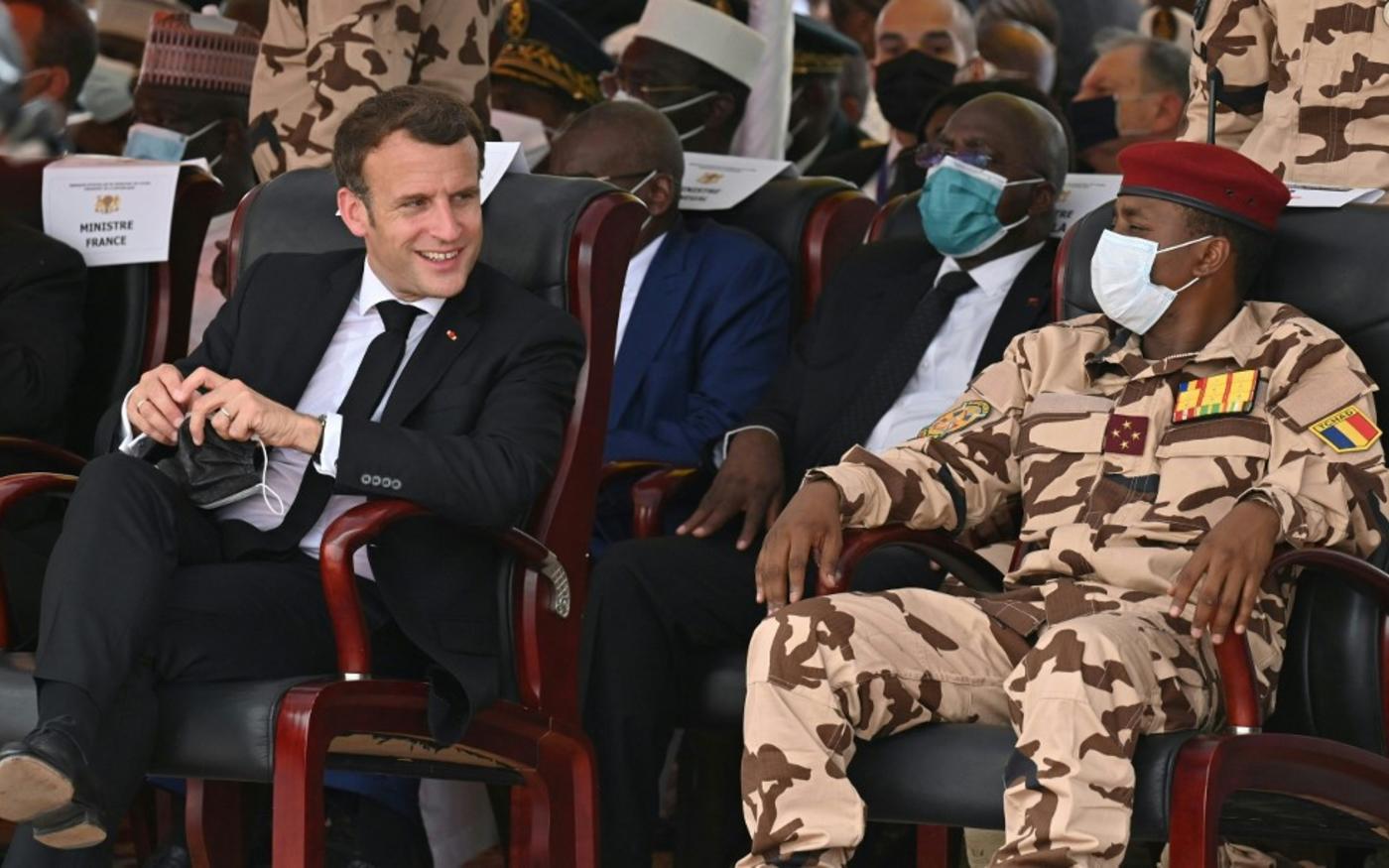 Emmanuel Macron lors des funérailles de l'ex-président tchadien Idriss Déby, avec le fils de ce dernier Mahamat Idriss Déby, à N'Djaména (AFP/Issoud Sanogo)