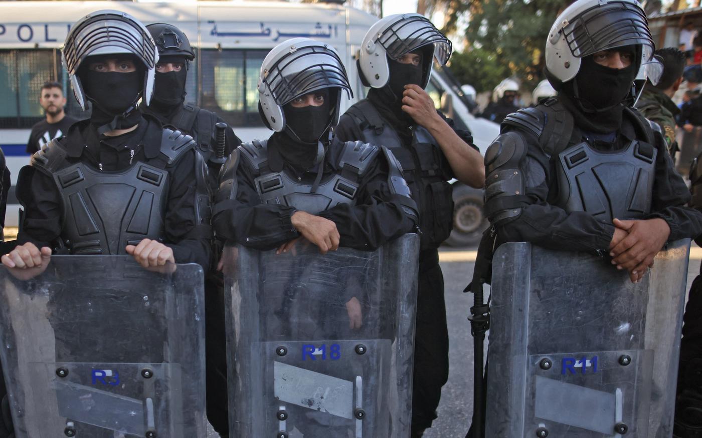 Les forces de sécurité palestiniennes bloquent une rue pendant une manifestation dans la ville de Ramallah en Cisjordanie occupée, le 26juin2021 (AFP)