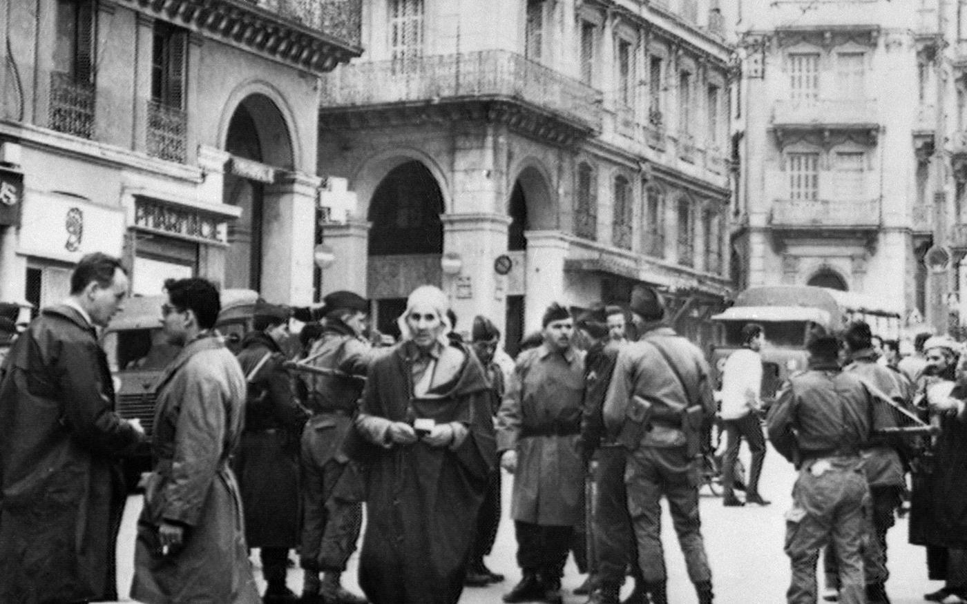 Des soldats français contrôlent l'identité de musulmans à un poste de contrôle, le 12décembre1960, en Algérie, quelques jours avant un communiqué de l'ONU reconnaissant le droit à l'autodétermination des Algériens (AFP)