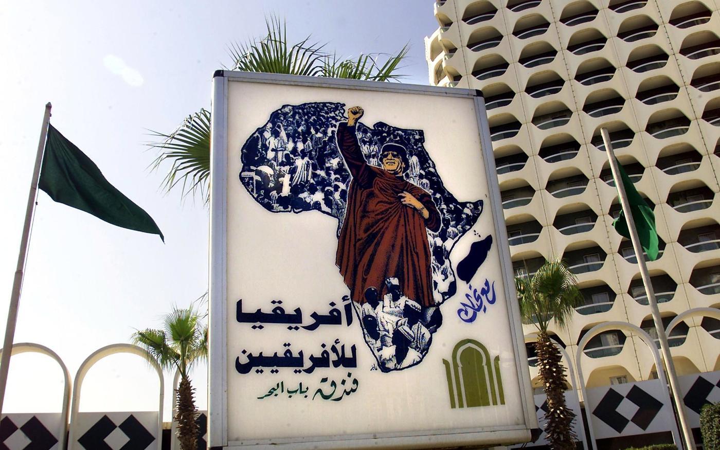 Une affiche de Mouammar Kadhafi sur laquelle on peut lire «L'Afrique appartient aux Africains», apparaît devant l'hôtel Bab al-Bahr (Porte de la mer), à Tripoli, le 17 août 2000 (AFP)