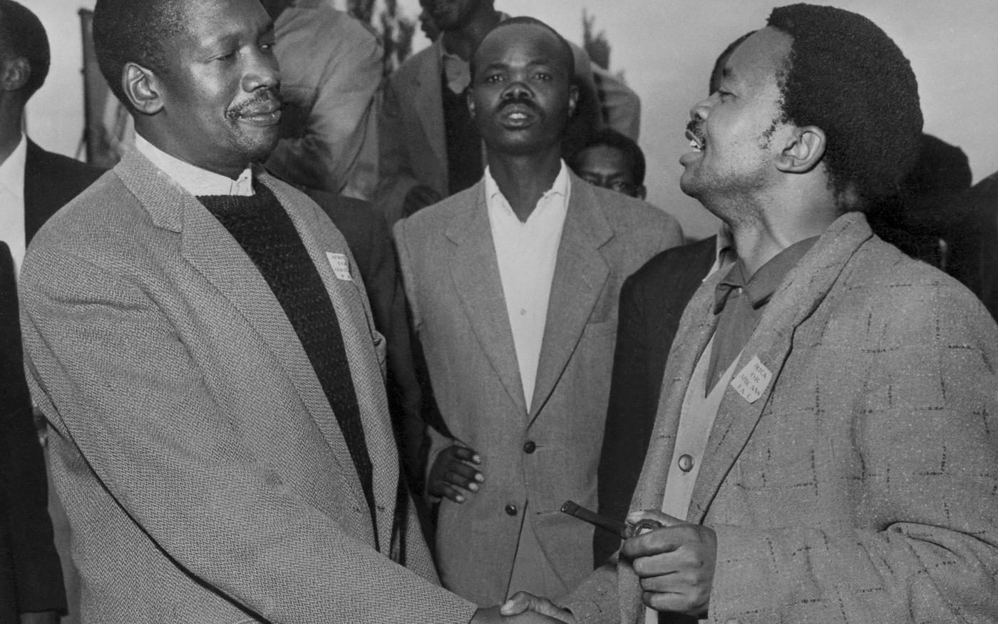 Photo non datée du fondateur du Congrès panafricaniste sud-africain Robert Sobukwe (G) avec Potlako Leballo (D), membre du PAC. Le Congrès panafricaniste (PAC) est un mouvement de libération sud-afric