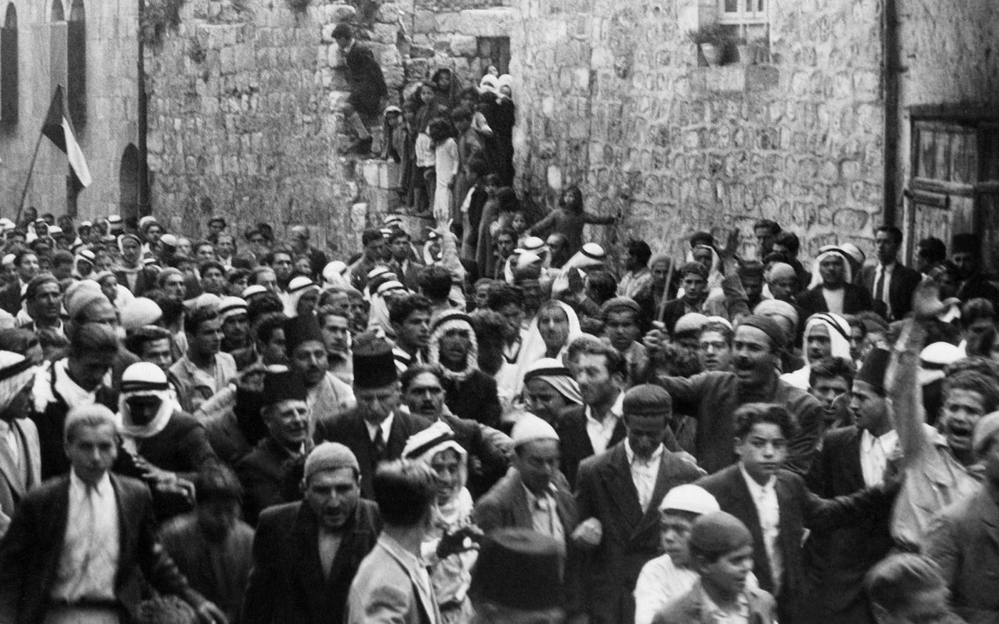 Une photo datée d'avant 1937 pendant le mandat britannique en Palestine montre des Arabes manifestant dans la vieille ville de Jérusalem contre l'immigration juive (AFP)