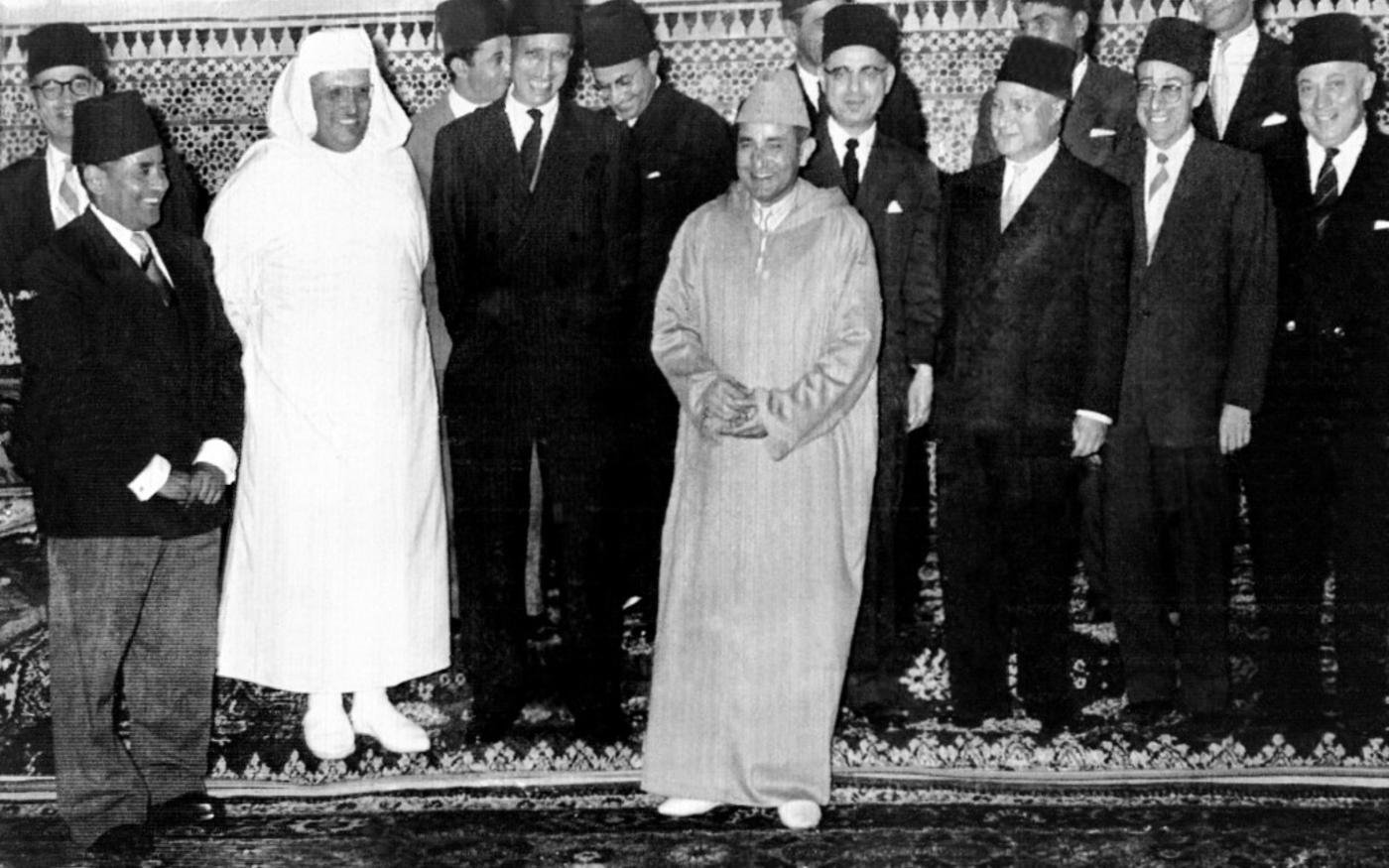 Le 27 octobre 1956, le sultan du Maroc Mohammed ben Youssef entouré des membres du nouveau gouvernement (AFP)
