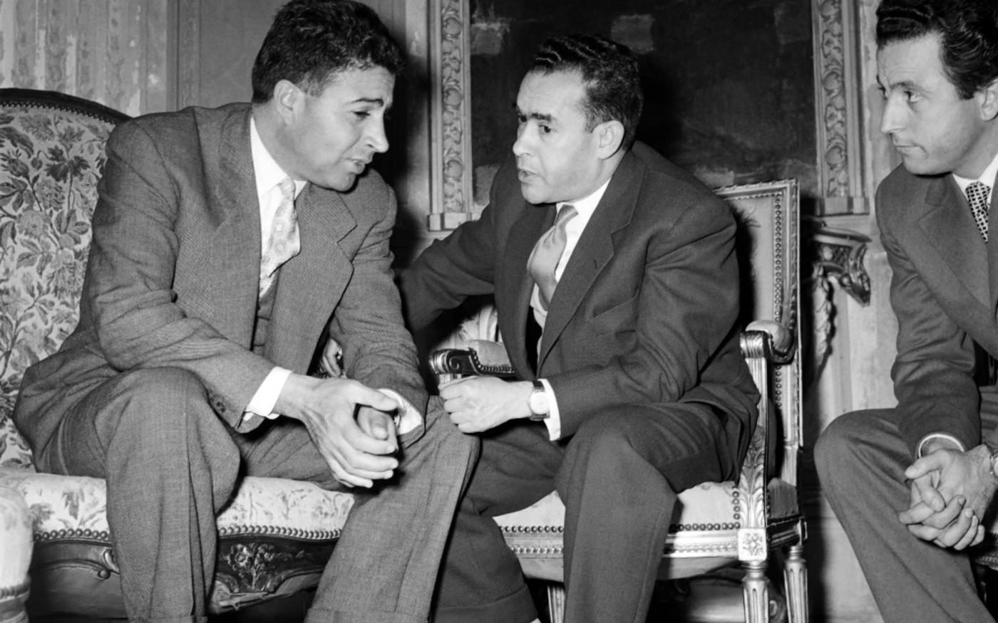 Novembre 1955 à La Celle-Saint-Cloud, Mehdi ben Barka (au centre), chef du parti indépendantiste Istiqlal, en marge des négociations qui conduiront à la fin du protectorat français (AFP)