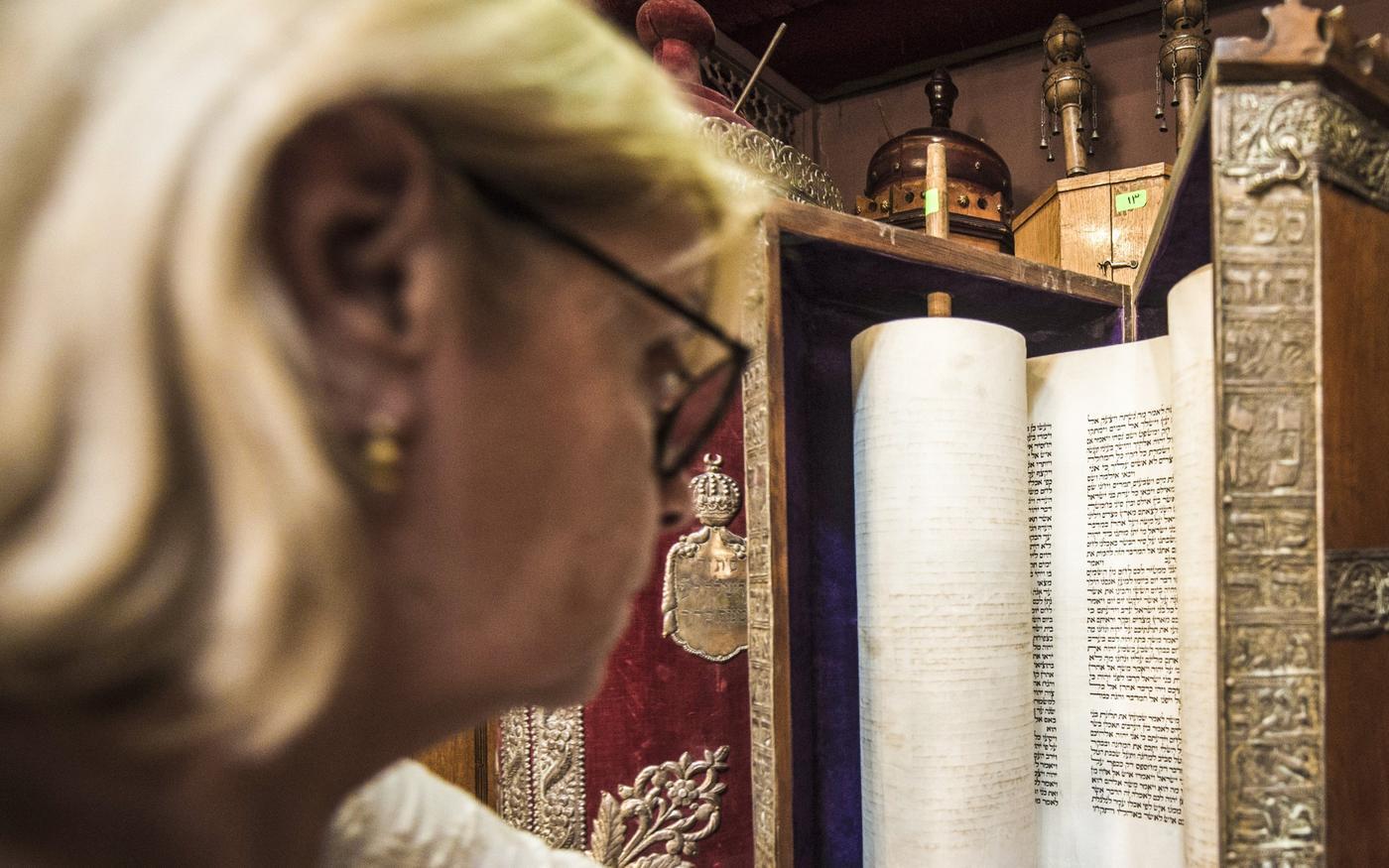 La présidente de la communauté juive égyptienne, Magda Shehata Haroun, dans la synagogue Cha'ar HaChamaïm du Caire, le 3 octobre 2013 (AFP)