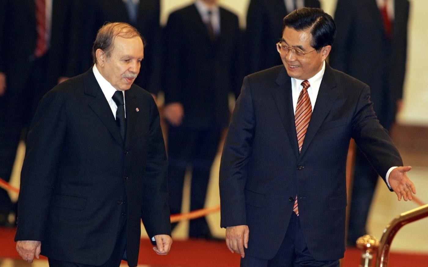 Le président algérien Abdelaziz Bouteflika et le président chinois Hu Jintao le 6 novembre 2006 à Beijing (AFP)