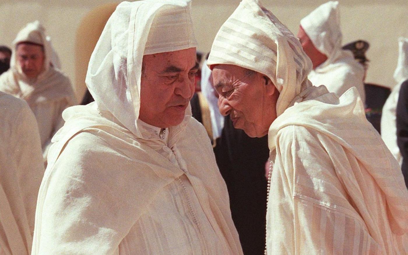 Selon un «pacte» conclu entre lui et Hassan II, ici en mars 1998, un accord secret dont il n'a jamais voulu révéler le contenu, Youssoufi doit respecter des lignes rouges (AFP)
