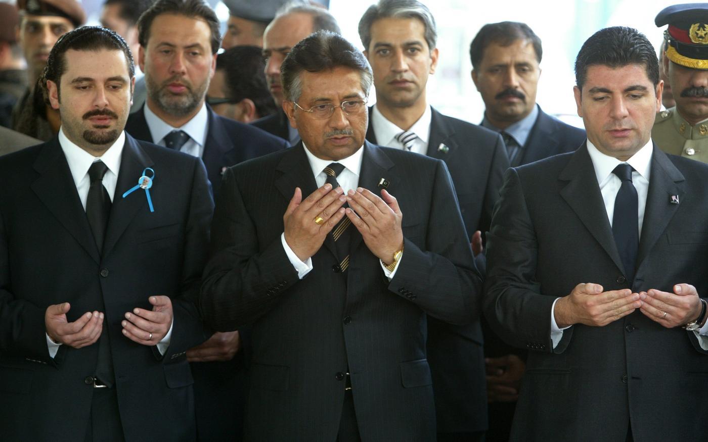Le président pakistanais de l'époque Pervez Musharraf (au centre) est accompagné de Saad (àgauche) et Bahaa Hariri (àdroite), à Beyrouth en2005 (Reuters)