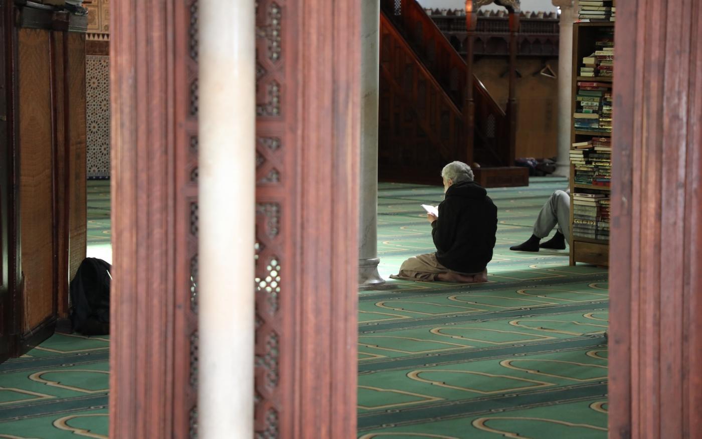 Un fidèle prie dans la grande mosquée de Paris, le 12 septembre 2017, à Paris (AFP)