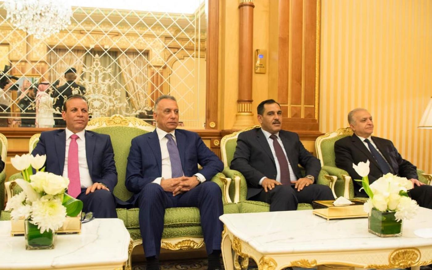 Kadhimi (au centre) avec des responsables irakiens pendant une visite en Arabie saoudite, en novembre 2018 (SPA)