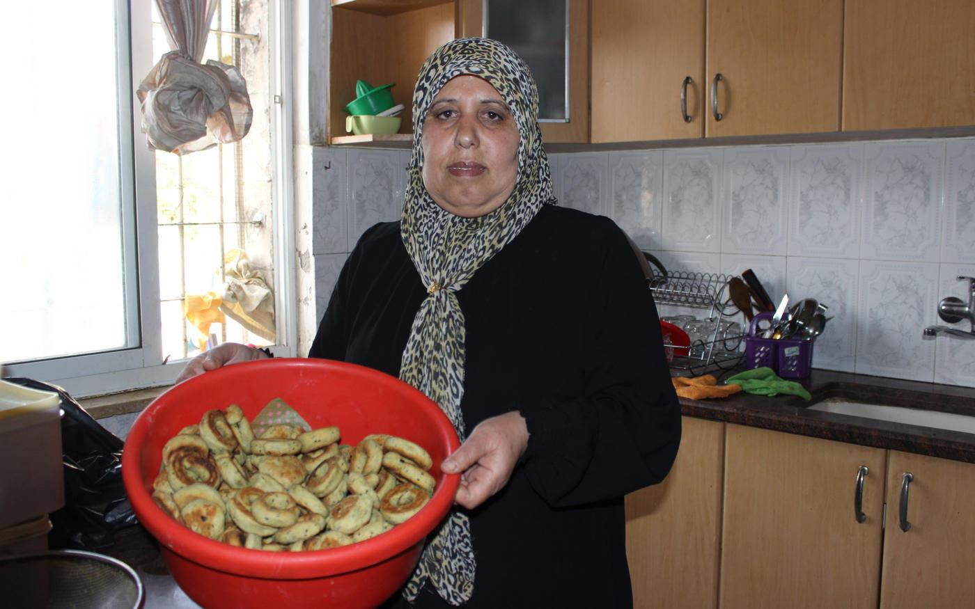Nuha Attieh présente les biscuits qu'elle a préparés pour les activistes (MEE/Aseel al-Jundi)