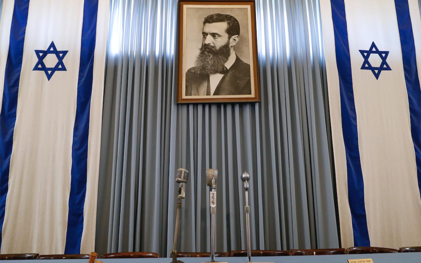Le portrait de Théodore Herzl, le défunt fondateur du sionisme politique, ornant le bâtiment du «Musée de l'Independence Hall», à Tel-Aviv, le 3 mai 2018 (AFP)