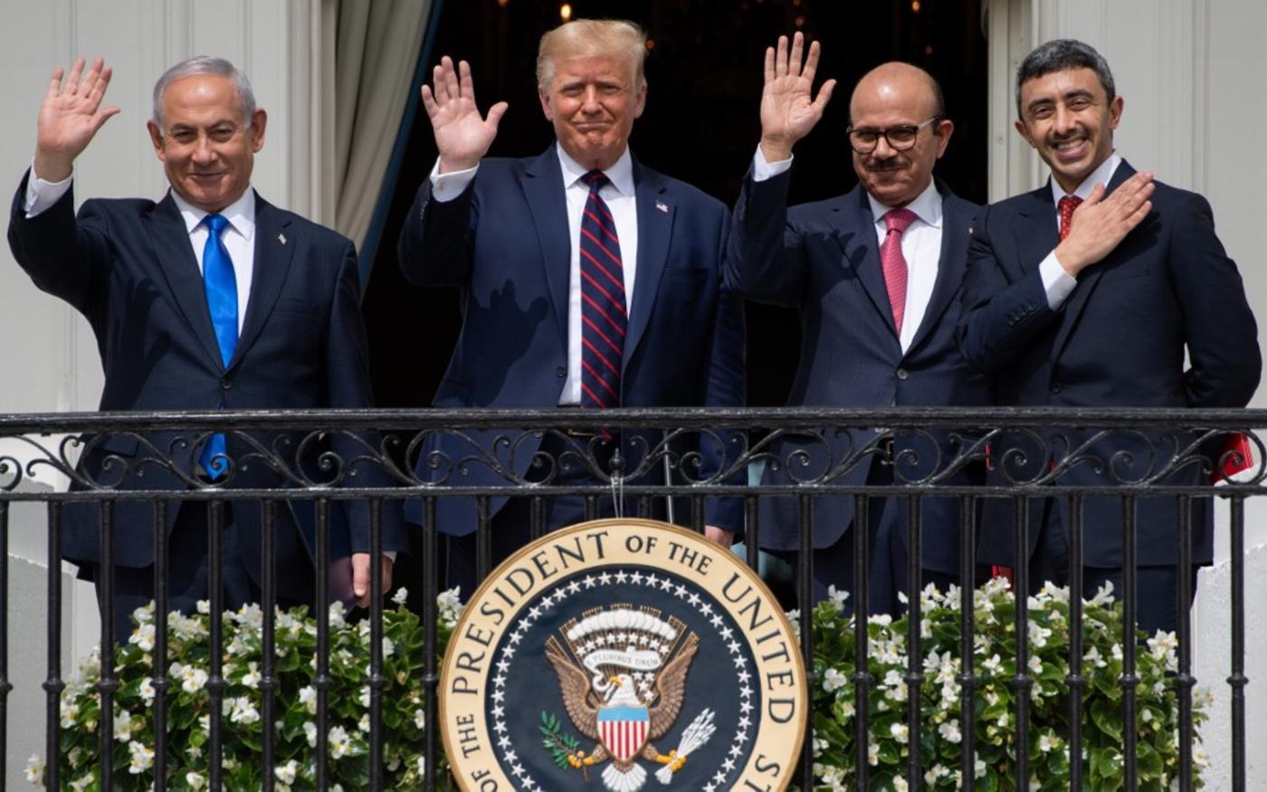 Le Premier ministre israélien Benyamin Netanyahou, l'ancien président américain Donald Trump et les ministres des Affaires étrangères bahreïni et émirati à la Maison-Blanche, le 15 septembre 2020 (AFP)