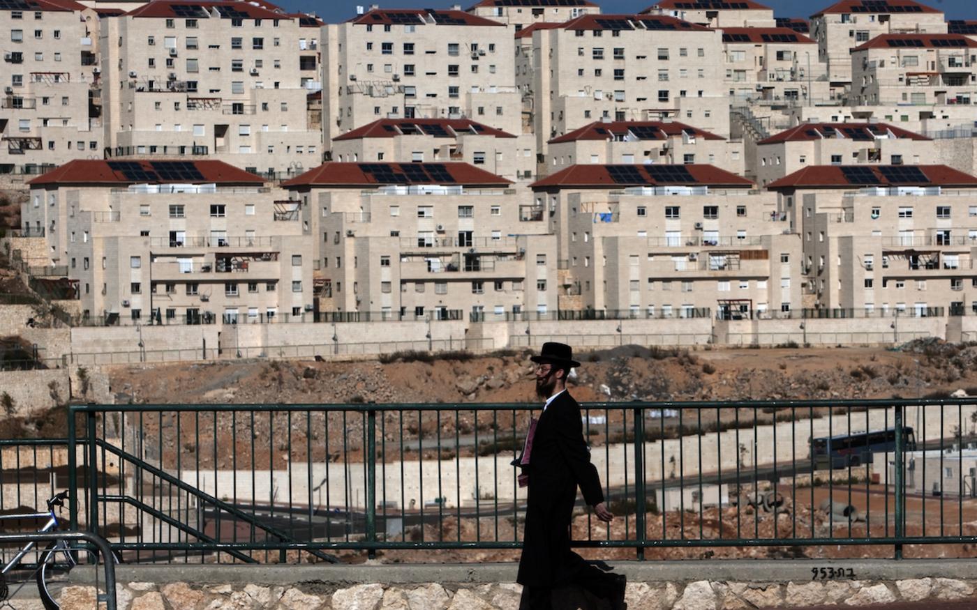 Un juif ultra-orthodoxe marche dans la colonie de Beitar Elit, en Cisjordanie, le 1er décembre 2009 (AFP)
