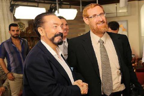 Turkish preacher and creationist Adnan Oktar (L) shakes hand with Israeli settler Rabbi Yehuda Glick in Istanbul on 2 July 2015 (A9TV)