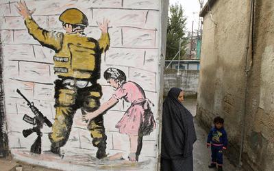 Banksy tarafından finanse edilen ve 200'den fazla göçmene sahip kurtarma botu yardım çağırıyor 2