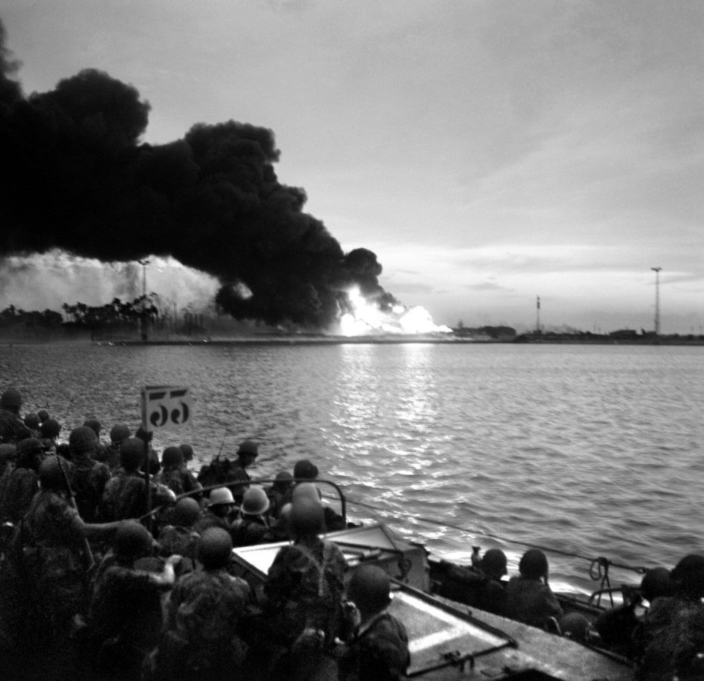 The Franco-English troops who landed on November 5, 1956, near Port-Saîd, discovered the area of ​​the Suez Canal on fire.
