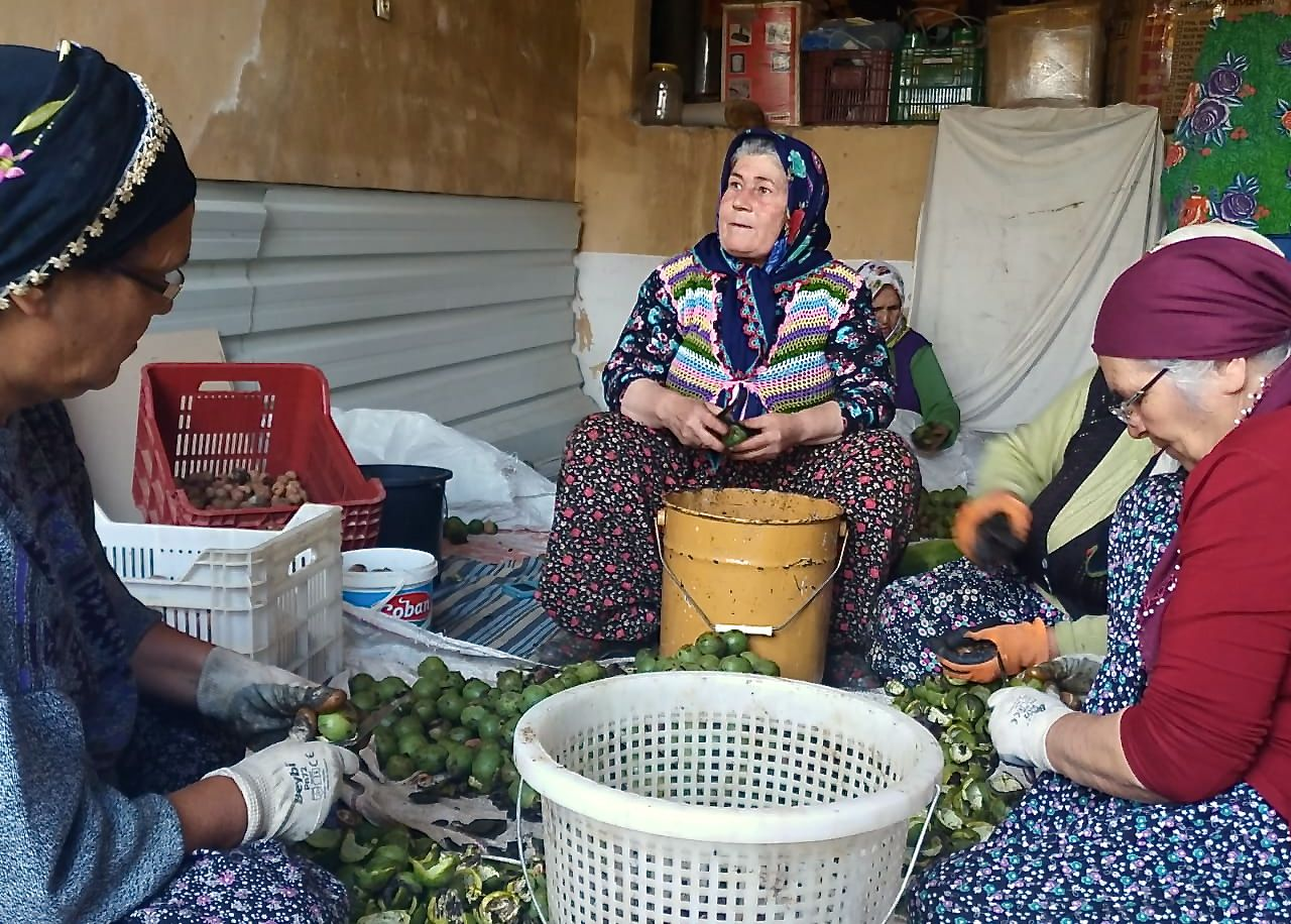 Kocak, centre, with other village women at work peeling vegetables (MEE/Sara Kor)