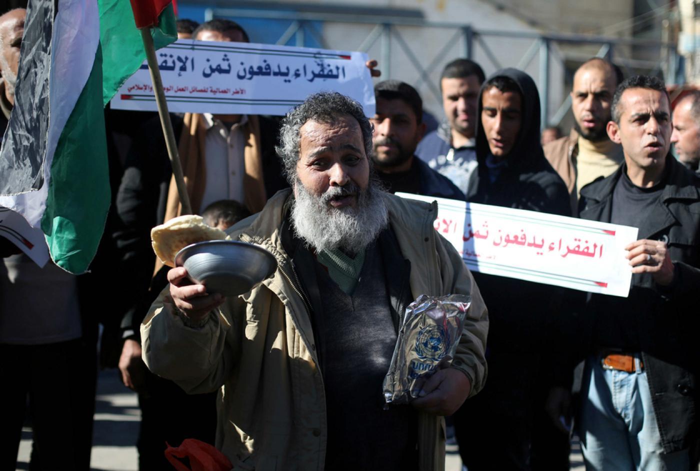 Des Palestiniens participent à une manifestation pour réclamer de meilleures conditions de vie devant le bureau de l'UNRWA à Rafah (bande de Gaza), en janvier 2018 (Reuters)