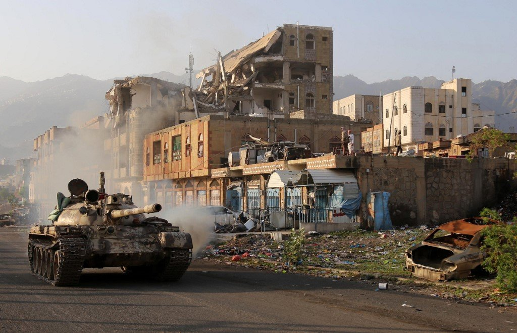 Yemeni fighters clash with Houthi rebels in Taiz on 30 May (AFP)