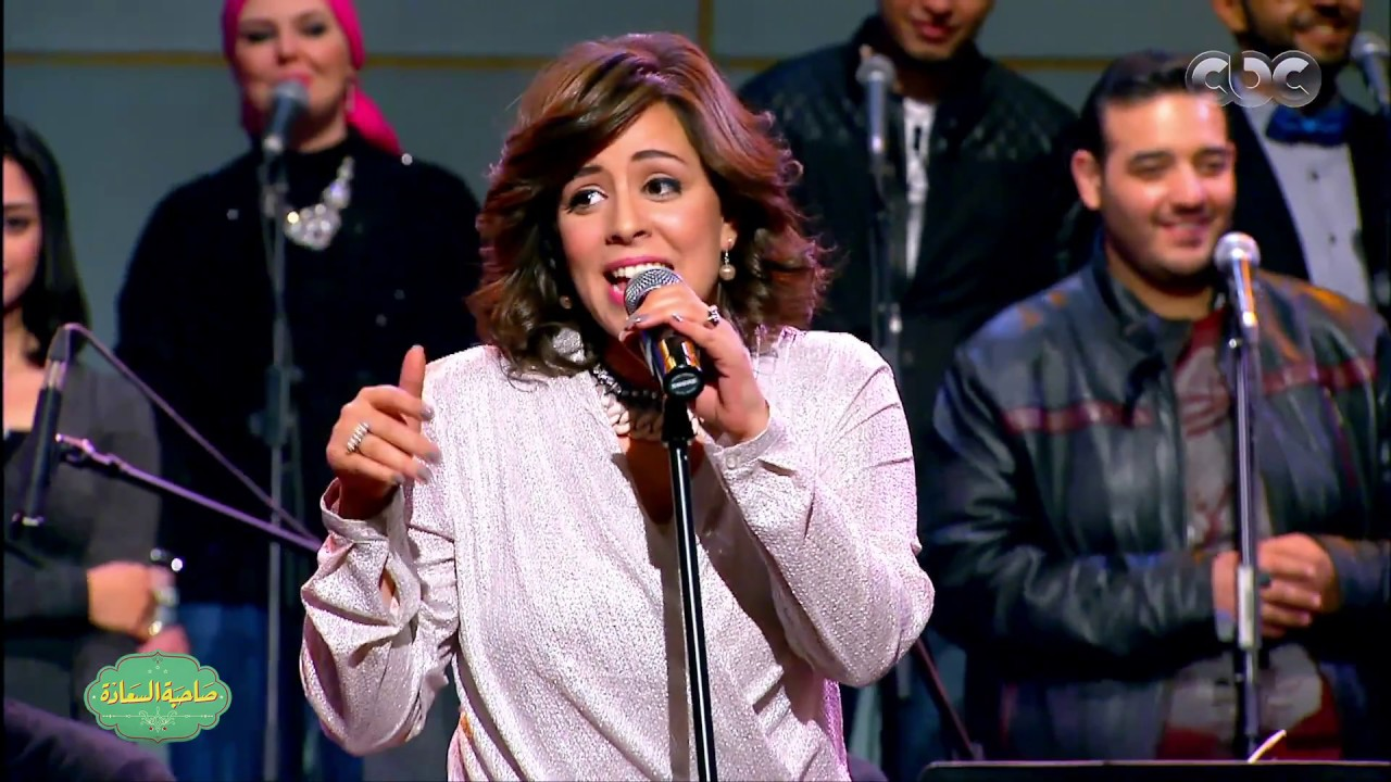 Zahra Ramy performs with Ayamna El Helwa on Egyptian talkshow Sahbet El Saada (screengrab)